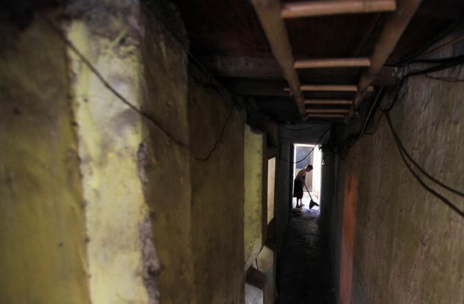 Nỗi khổ trong căn nhà vỏn vẹn 8m2 của gia đình phố cổ Hà Nội và những câu chuyện nhói lòng